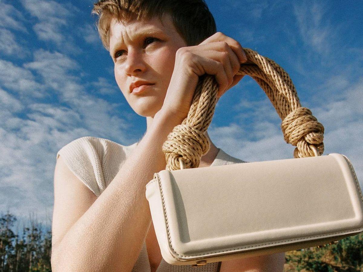 Foto: Estamos enamoradas de este bolso blanco de Zara. (Cortesía)
