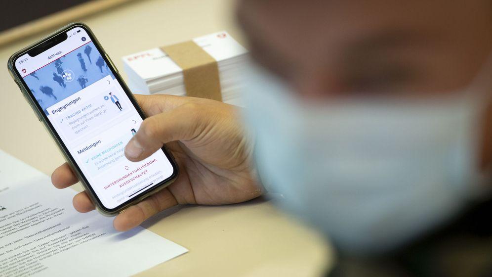 Foto: Soldados del ejército suizo prueban la 'app' de rastreo durante el piloto de ese país el pasado abril. (Reuters)