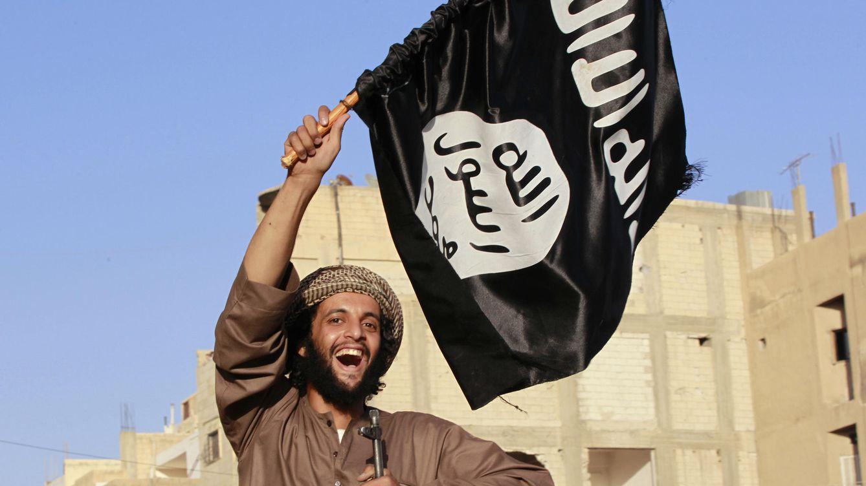 Foto: Un combatiente con la bandera del ISIS durante un desfile militar en Raqqa, junio de 2014. (Reuters/Stringer)
