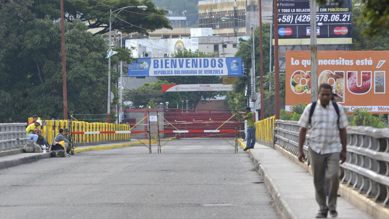 Un hombre cruza el puente internacional Simón Bolívar, en la frontera entre Colombia y Venezuela, en agosto de 2015. (Reuters)