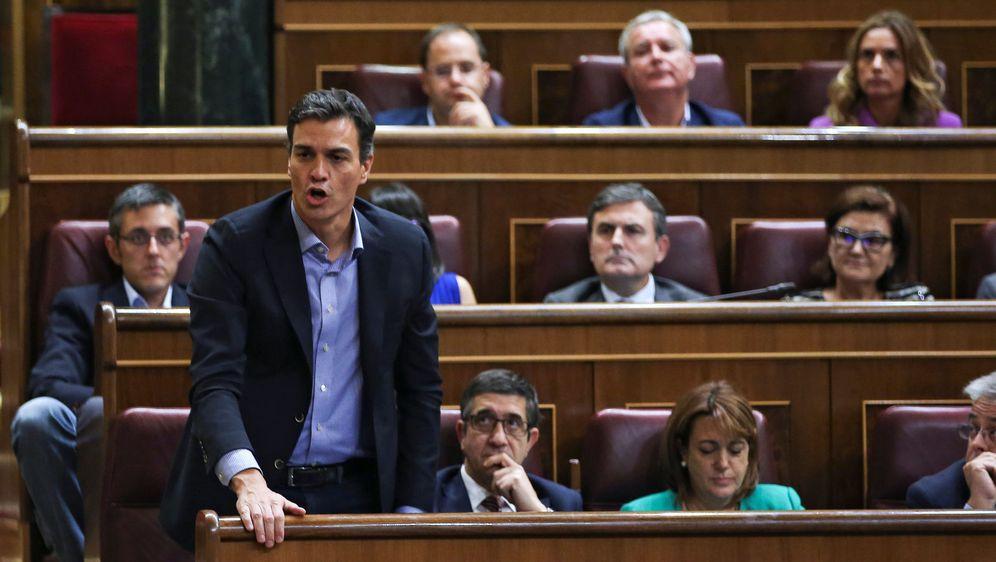 Foto: Pedro Sánchez vota no en la primera vuelta de investidura de Mariano Rajoy, este 27 de octubre en el Congreso. (Reuters)