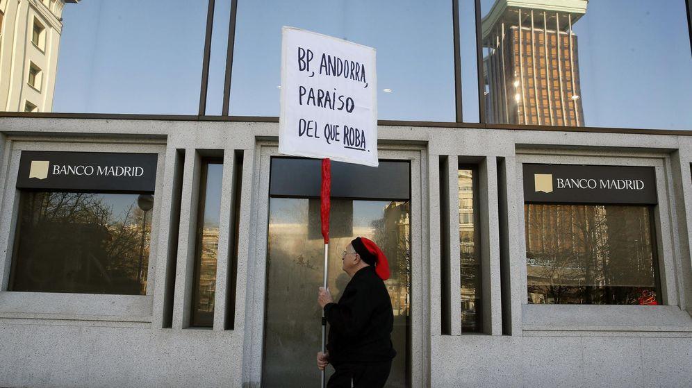 Foto: Un hombre protesta ante la sede del Banco de Madrid. (EFE)