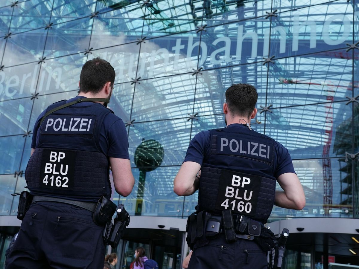 Foto: Police guards berlin central station