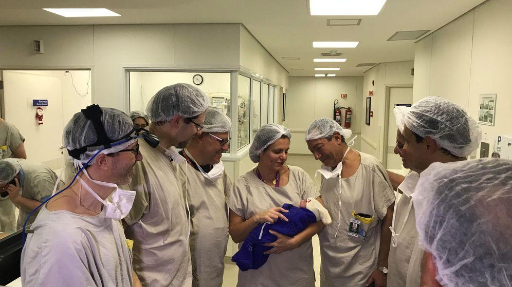 Foto: Los médicos junto a la primera niña que nace de un úteros de una fallecida. (Reuters)