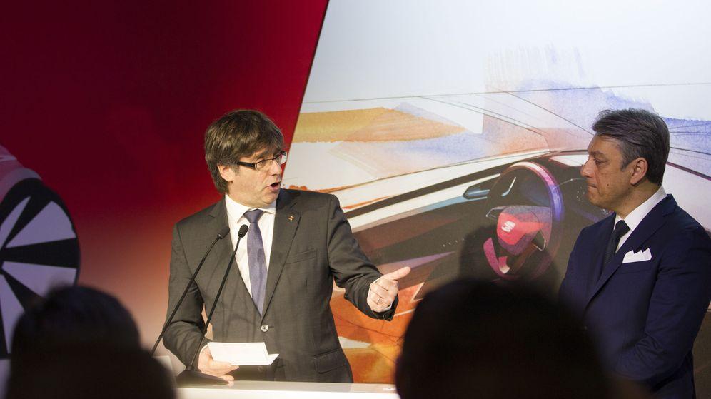 Foto: El presidente de la Generalitat, Carles Puigdemont (i), y el presidente de Seat, Luca de Meo (d), durante una visita a la fábrica de Seat. (EFE)