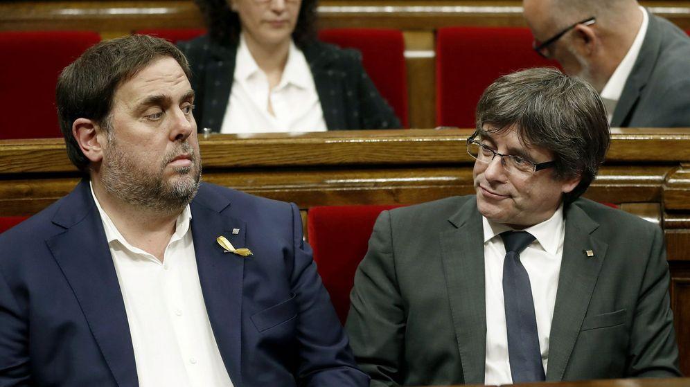 Foto: El expresidente de la Generalitat de Cataluña, Carles Puigdemont (d) y el exvicepresidente del Govern, Oriol Junqueras (i), durante un pleno el pasado julio. (EFE)