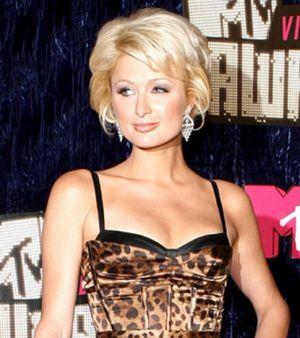 Paris Hilton retrasa su viaje a Ruanda a 2008