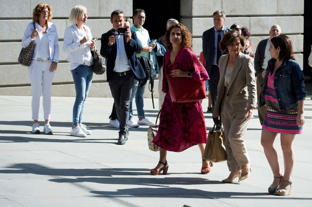 Foto: Carmen Calvo, con María Jesús Montero y Adriana Lastra, este 10 de septiembre llegando a su reunión con Unidas Podemos en el Congreso. (EFE)