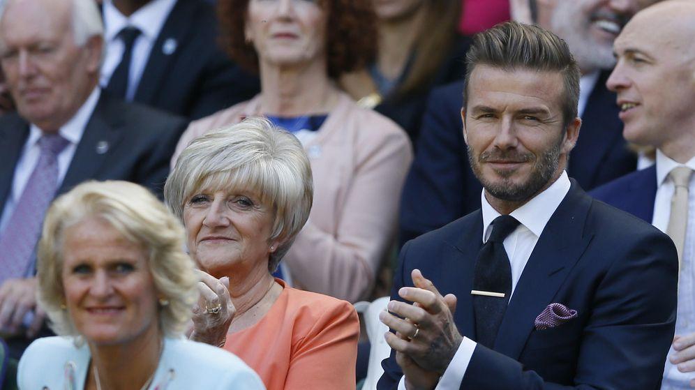 Foto: David Beckham junto a su madre, Sandra, en uno de los partidos (Reuters)