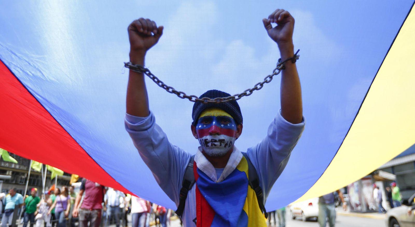 Foto: Un opositor durante una marcha de protesta (Reuters)
