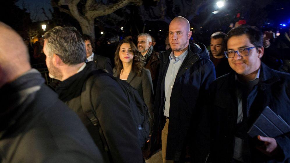 Foto: La lider de Ciutadans, Inés Arrimadas (i), y otros diputados de su grupo salen escoltados del Parlament. (EFE)