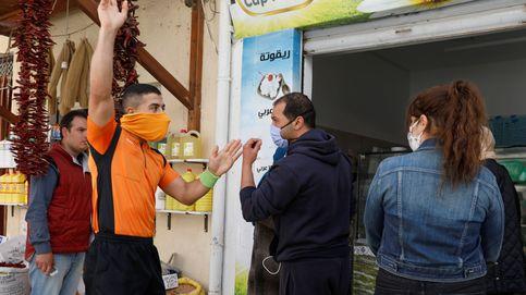 Un árbitro patrulla las calles de Túnez sacando tarjetas por no respetar la distancia