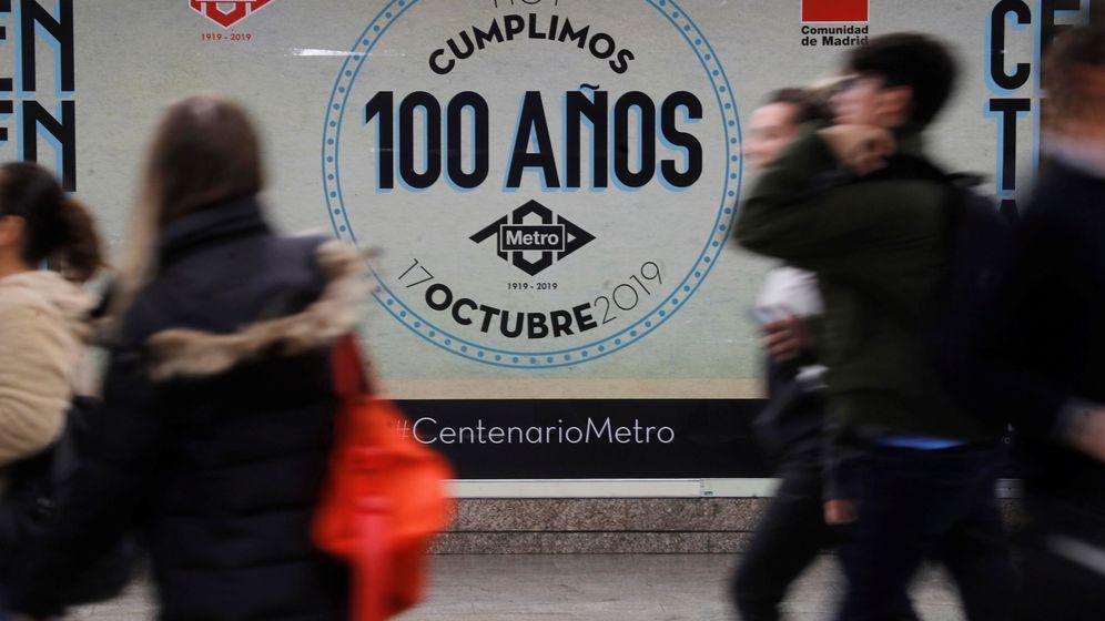 Foto: Lona sobre la pared de una estación de Metro de Madrid para conmemorar los 100 años del suburbano. (EFE)