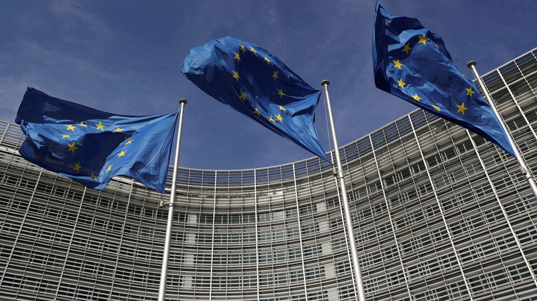 Banderas europeas frente a la sede de la Comisión Europea en Bruselas. (Reuters)