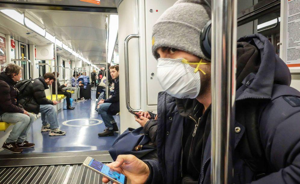 Foto: Un hombre con mascarilla en el metro de Milán. (EFE)