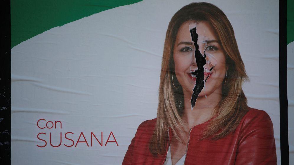 Foto: Un póster rasgado de Susana Díaz de su campaña de las andaluzas. (Reuters)