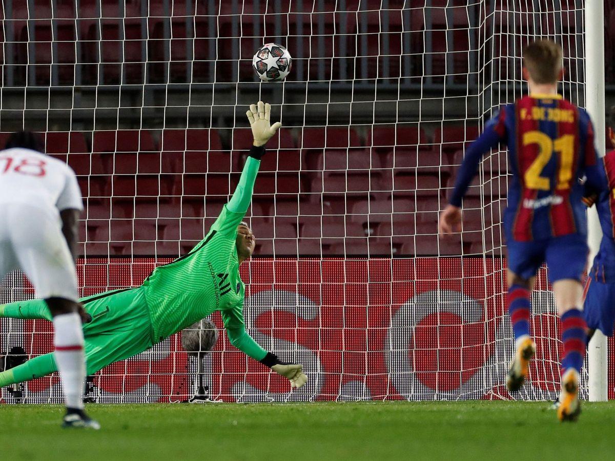 Foto: Keylor Navas escupe el penalti de Leo Messi al travesaño. (EFE)