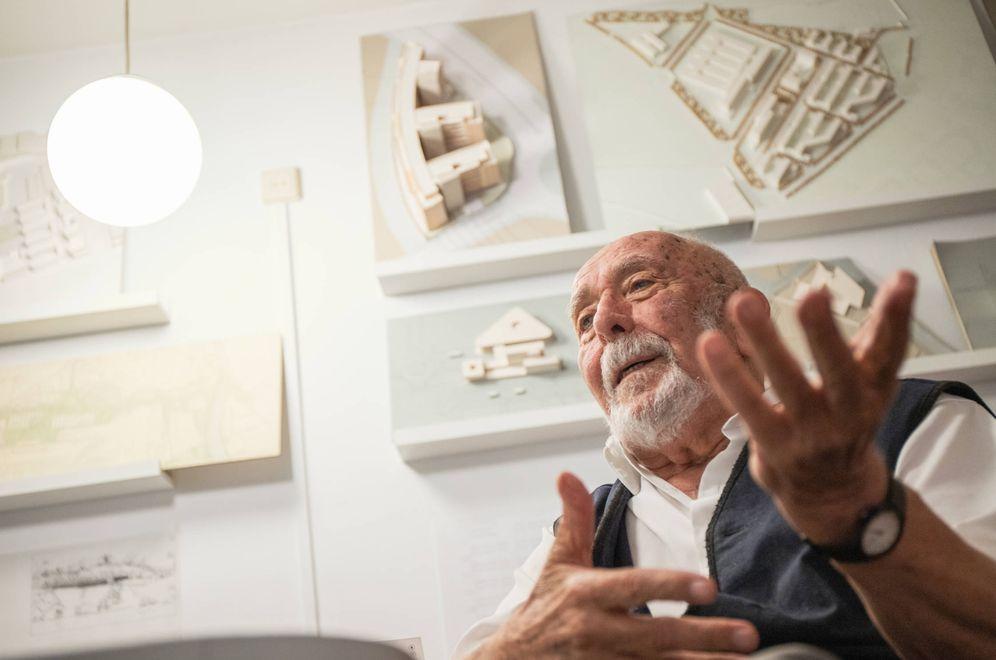 Foto: Eduardo Mangada durante la entrevista en su estudio. (Jorge Álvaro)