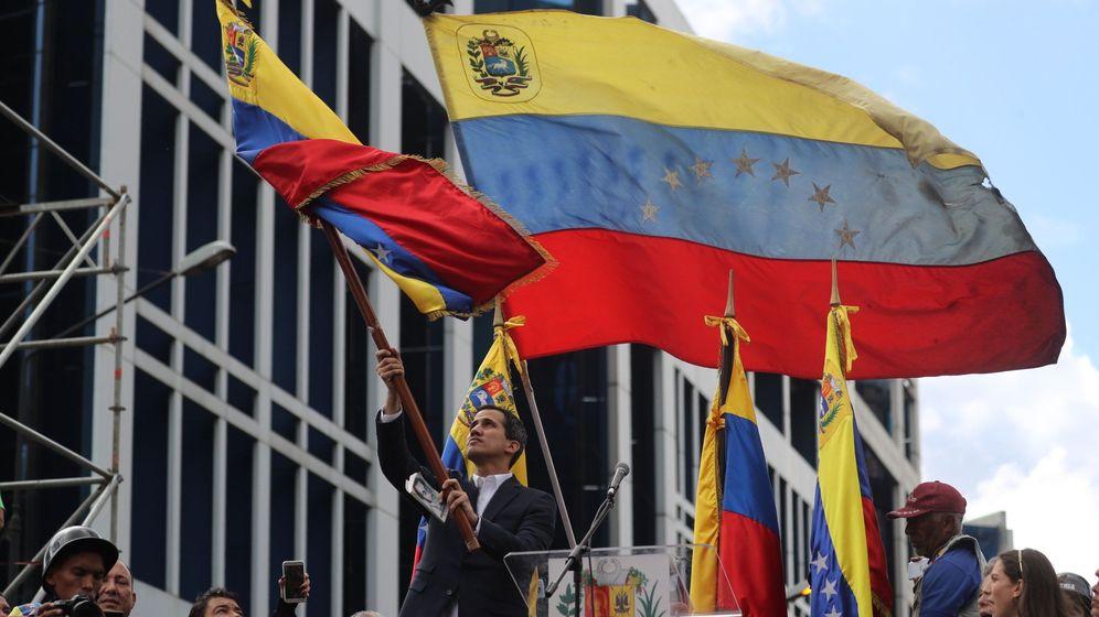 Foto: Juan Guaidó ondea la bandera venezolana. (EFE)