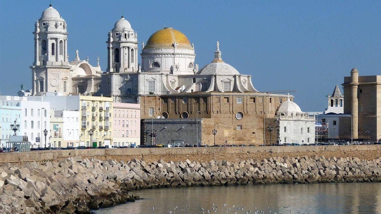 Foto: La catedral y el mar. (Foto: Cádiz Turismo)