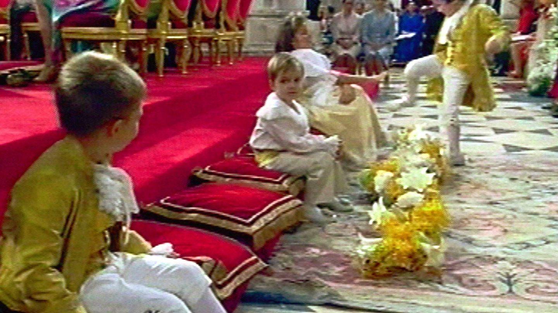 Froilán haciendo una travesura en la boda de los entonces Príncipes. (Gtres)