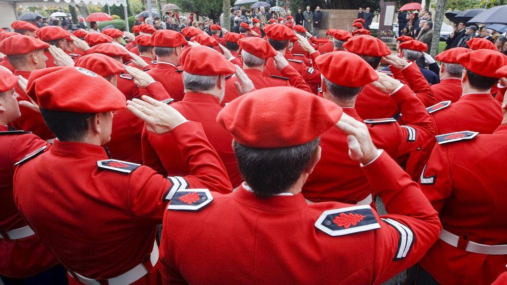 Foto: Mandos de la Ertzaintza, durante un homenaje celebrado en la Academia de la Policía Vasca con motivo del Día de la Memoria. (EFE)