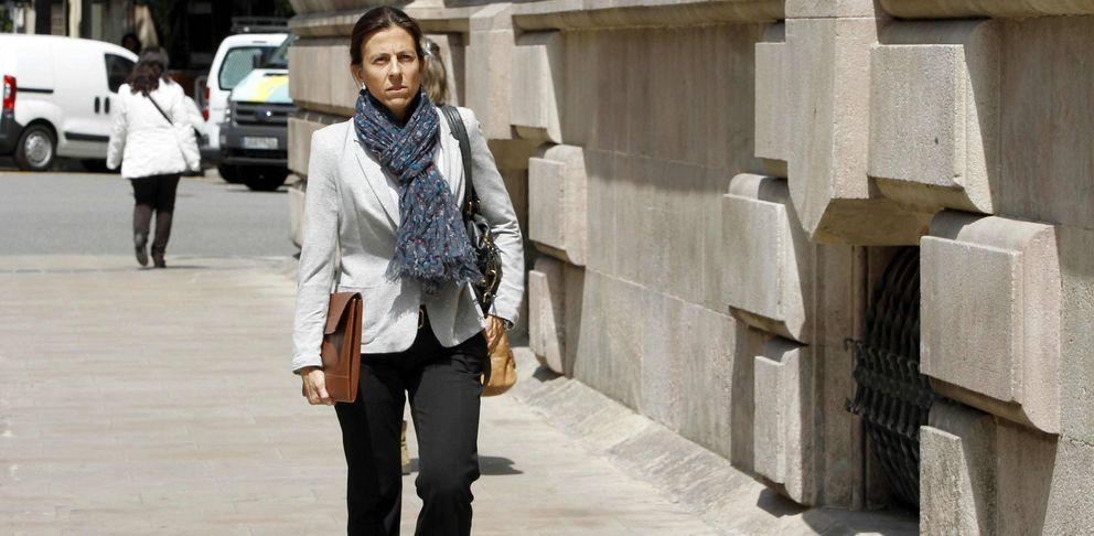 Anna Vidal, esposa del diputado de Oriol Pujol, llega al TSJC. (EFE)
