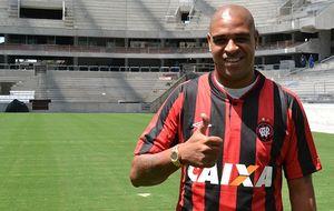 Adriano vuelve al fútbol dos años después con su barriga cervecera