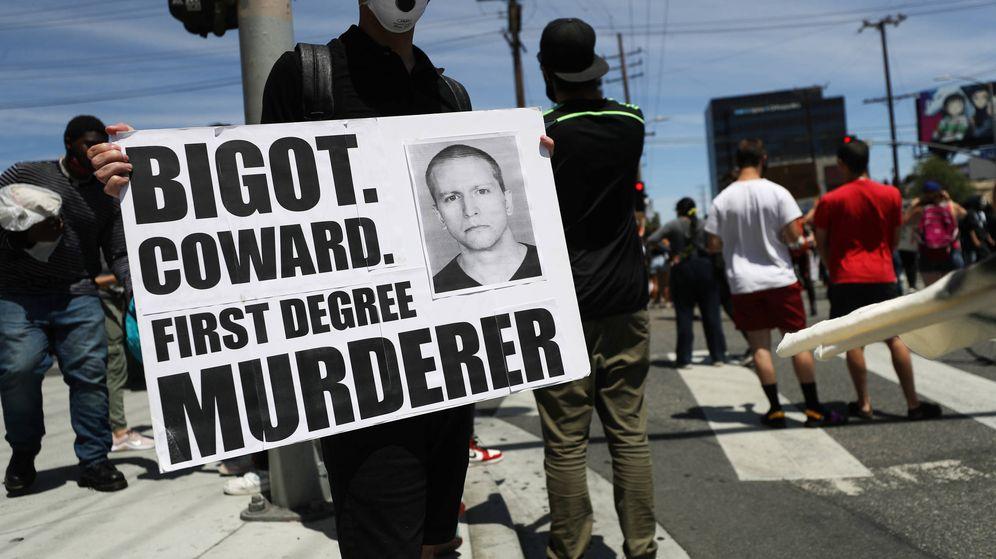 Foto:  Un protestante con la imagen del detenido policía Derek Chauvin. (Getty)