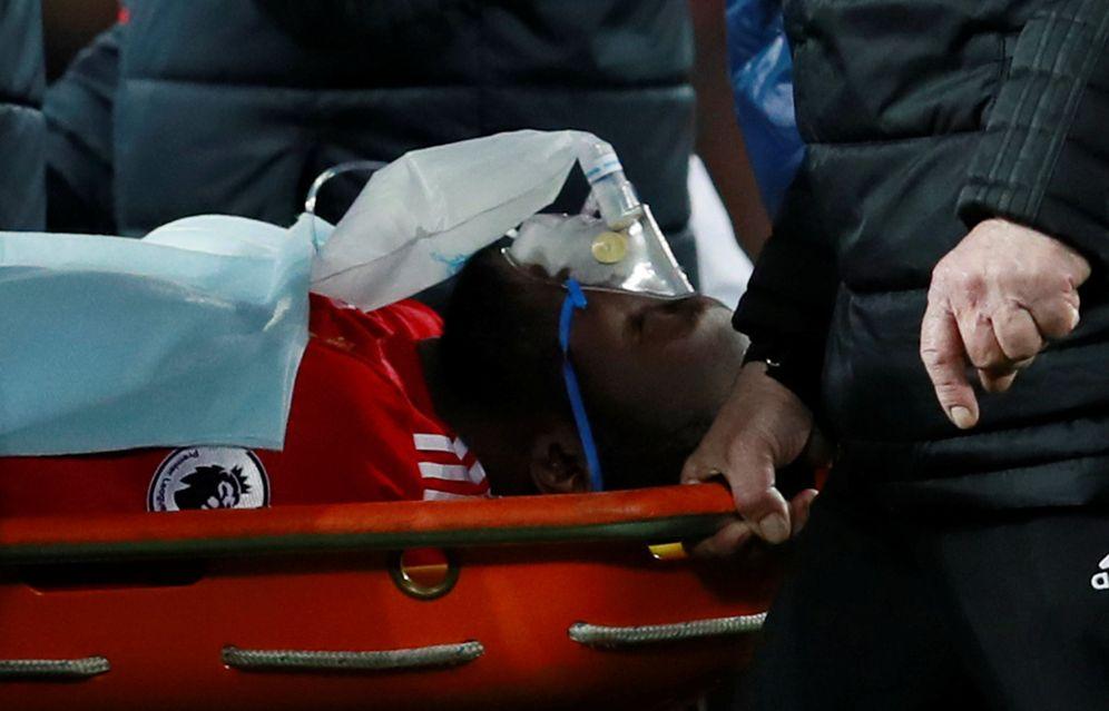 Foto: Romelu Lukaku abandona el terreno de juego de Old Trafford con collarín y mascarilla de oxígeno. (EFE)