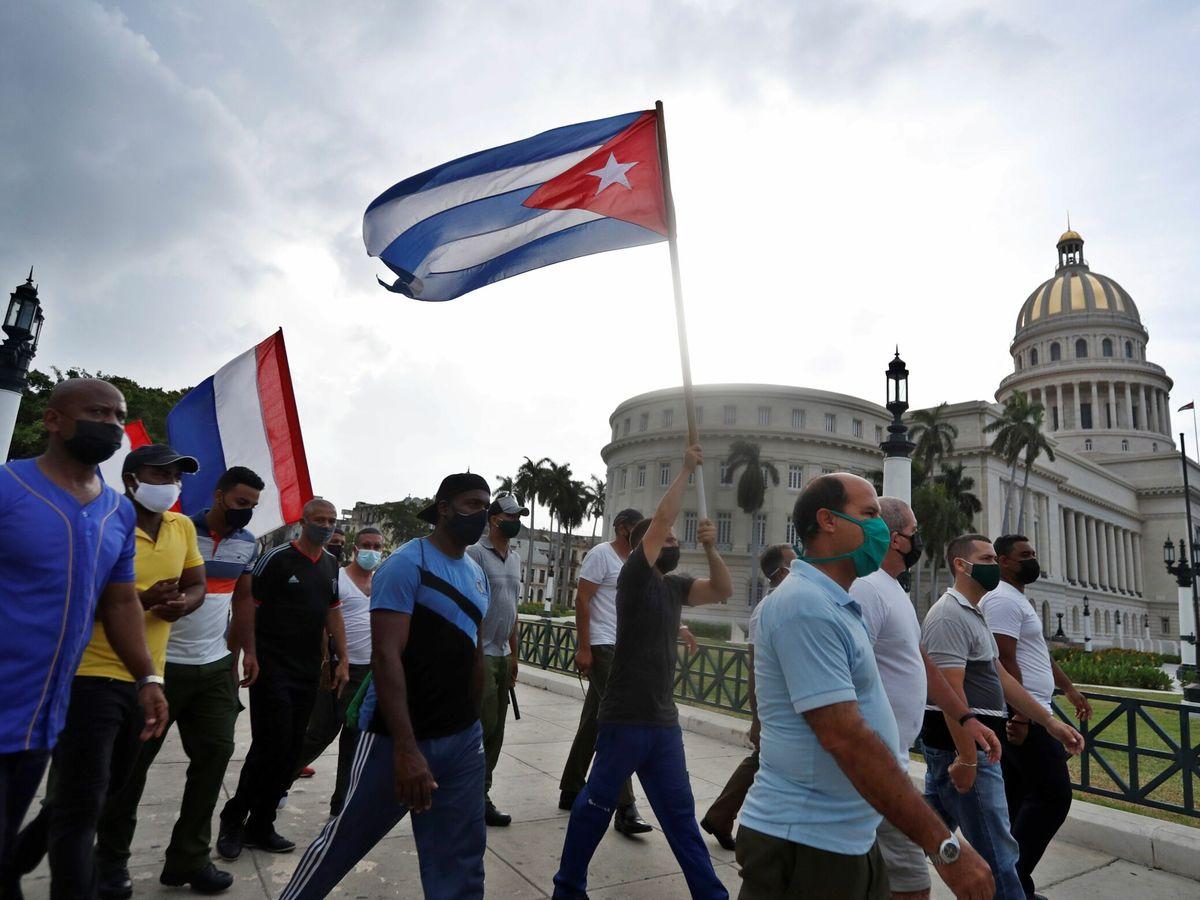Foto: Banderas de Cuba frente al Capitolio, en La Habana. (EFE)