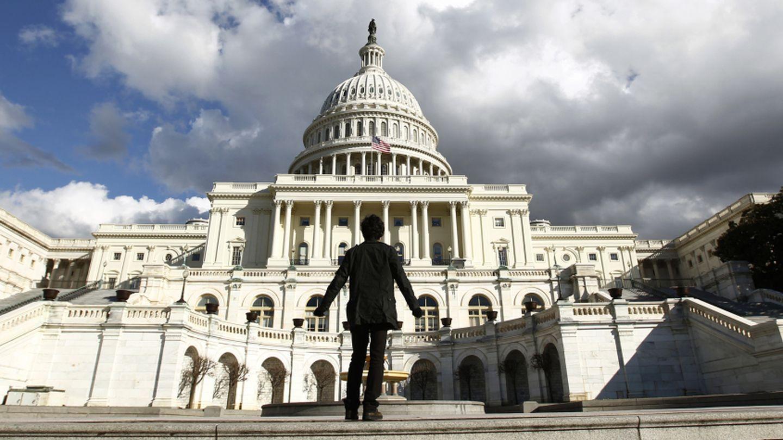 Un turista observa de cerca el Capitolio en Washington, Estados Unidos (Reuters).
