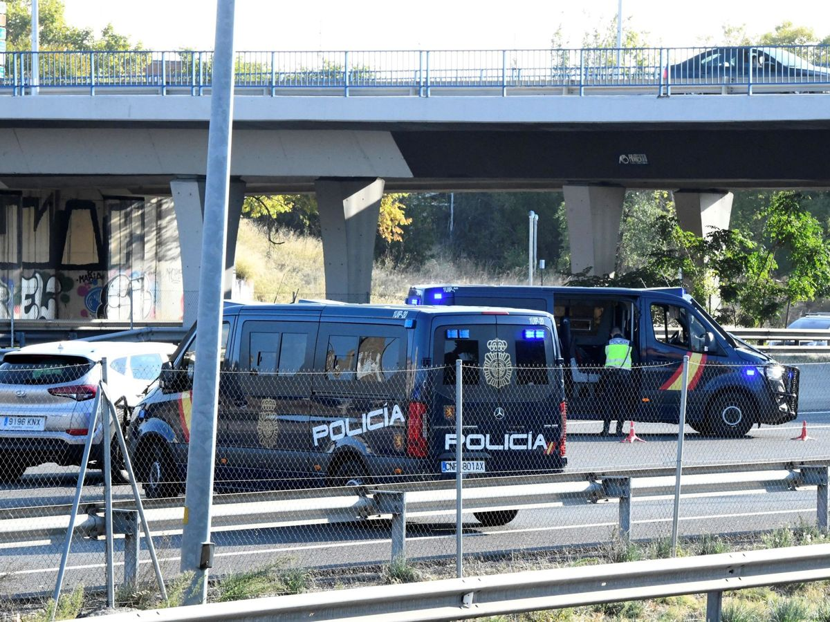 Foto: Controles policiales en las principales salidas de Madrid (EFE)