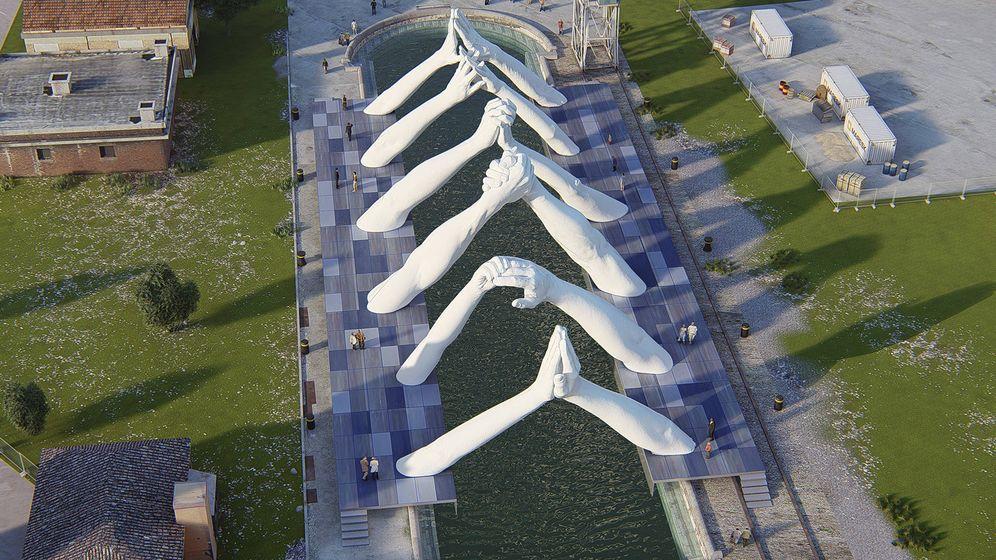 Foto: Building Bridges, el pináculo de la expresión artística de Quinn hasta la fecha, se ha instalado en la cuenca del Arsenale en el distrito de Castello de Venecia.