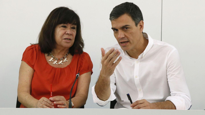 Pedro Sánchez, junto a la presidenta del partido, Cristina Narbona, este 31 de julio. (EFE)