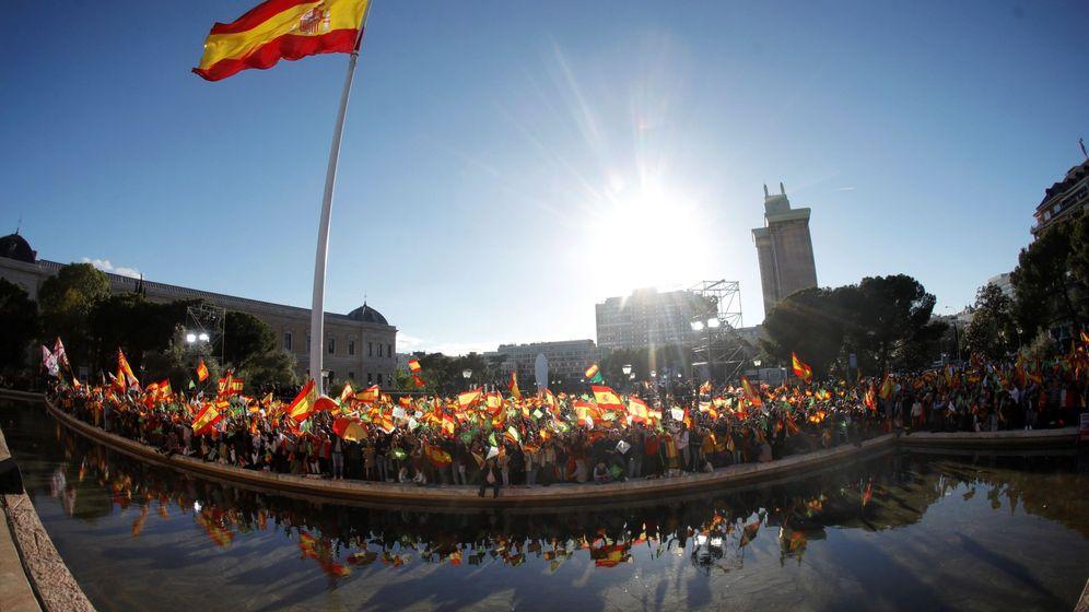Foto: Cientos de personas ondean banderas de España en la plaza de Colón de Madrid. (EFE)