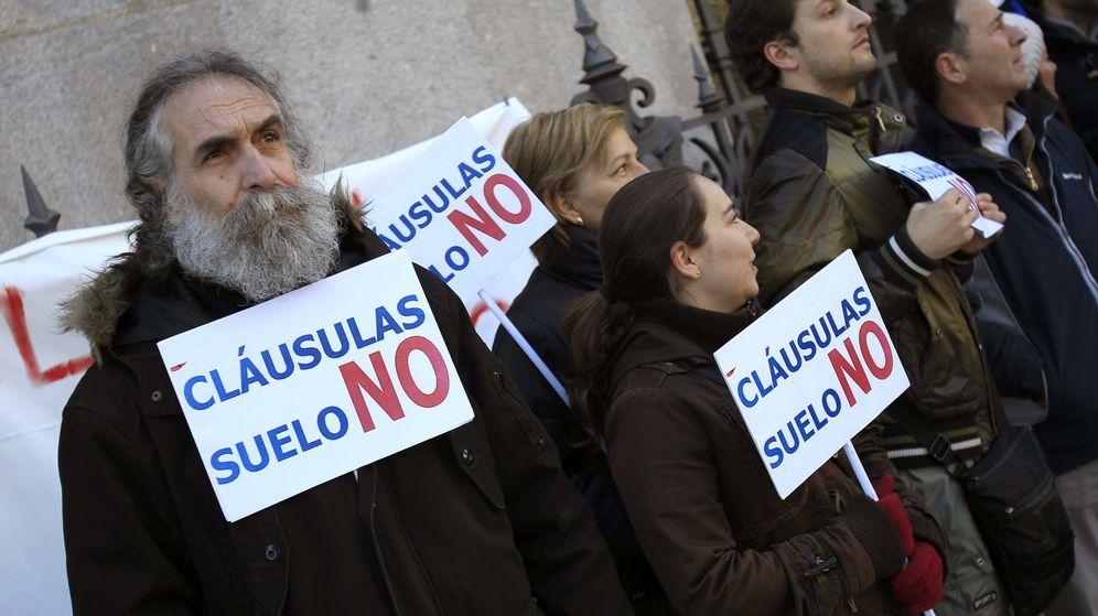 Foto: Varias personas se manifiestan contra las cláusulas suelo. (EFE)