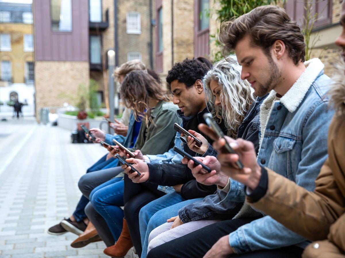 Foto: Es dificil ver a un grupo de personas que no esté utilizando el móvil (iStock)