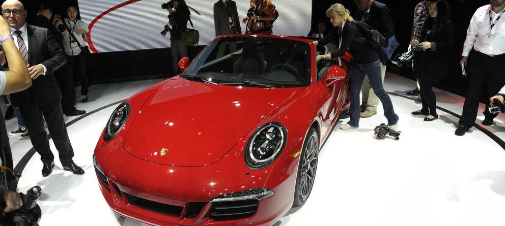 Foto: Un Porsche 911 GTS Convertible es exhibido en el Salón del Automóvil de Los Ángeles (Reuters)
