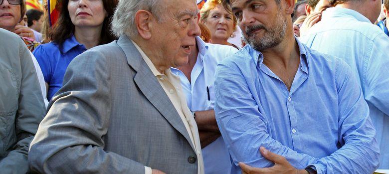 Foto: El expresidente de la Generalitat Jordi Pujol (i) conversa con su hijo Oriol. (EFE)