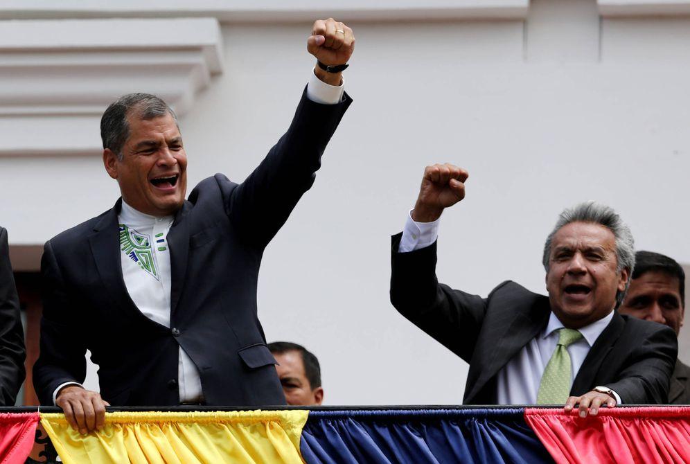 Foto: Rafael Correa junto a Lenín Moreno, entonces candidato, saludan a simpatizantes desde el Palacio de Carondelet, en Quito. (Reuters)