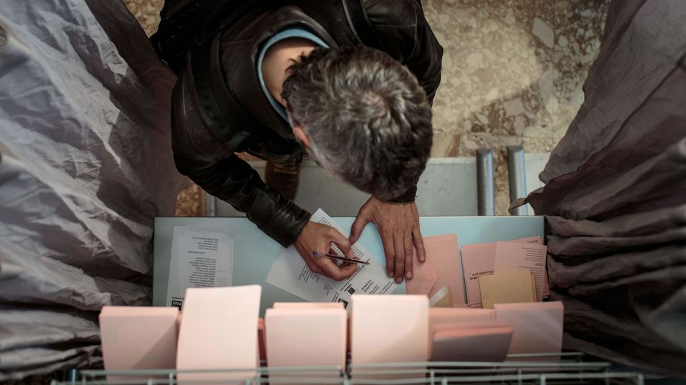Foto: Un hombre vota en Valencia. (Efe)