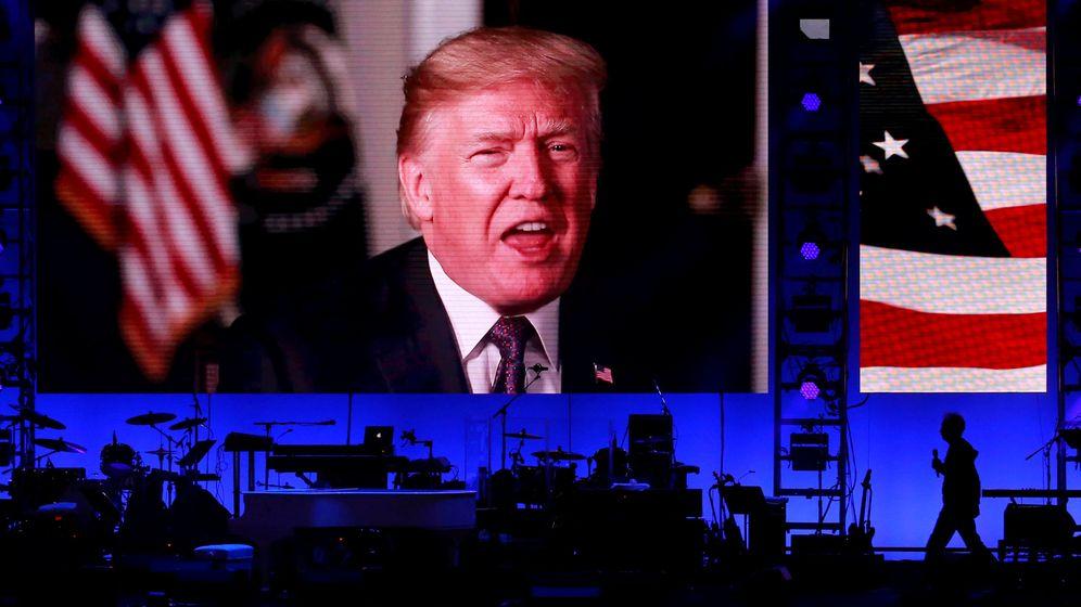 Foto: Mensaje en video del presidente Trump durante un concierto benéfico para ayudar a Puerto Rico, en College Station, Texas, el 21 de octubre de 2017. (Reuters)