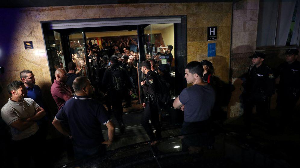 Foto: Agentes de la policía nacional en el hotel de Pineda. (Reuters)