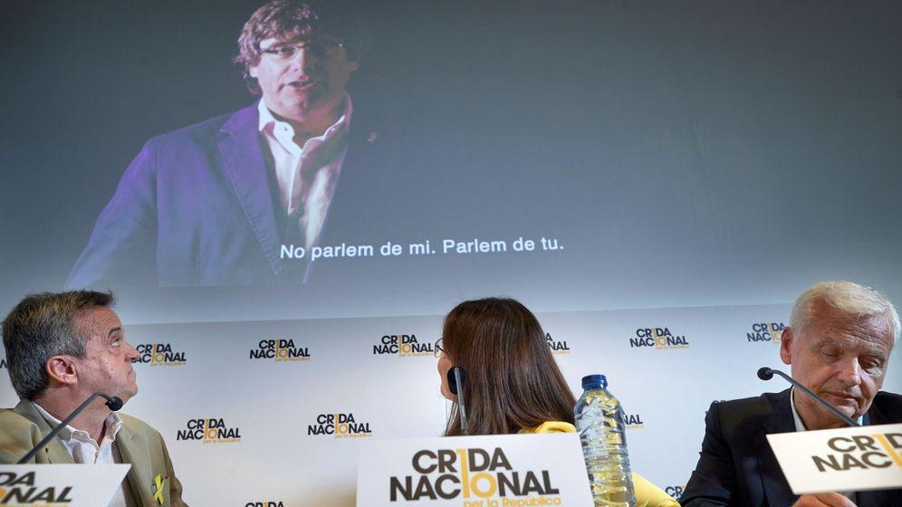 Foto: Los portavoces de la Crida Nacional per la República en la proyección de un vídeo de Carles Puigdemont. (EFE)