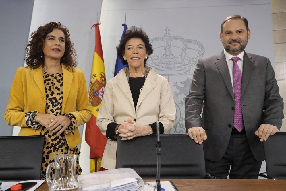 Foto: María Jesús Montero, con la portavoz del Ejecutivo, Isabel Celaá, y el ministro de Fomento, José Luis Ábalos, este 8 de noviembre. (EFE)