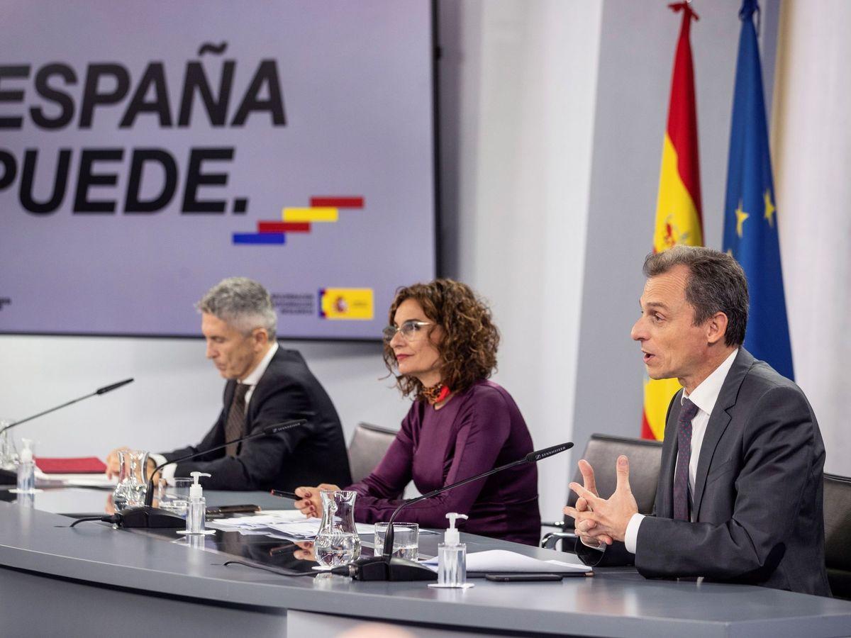 Foto: La ministra de Hacienda, María Jesús Montero (c), junto con el ministro de Ciencia, Pedro Duque (d), y el del Interior, Fernando Grande-Marlaska (i), tras el Consejo de Ministros. (EFE)