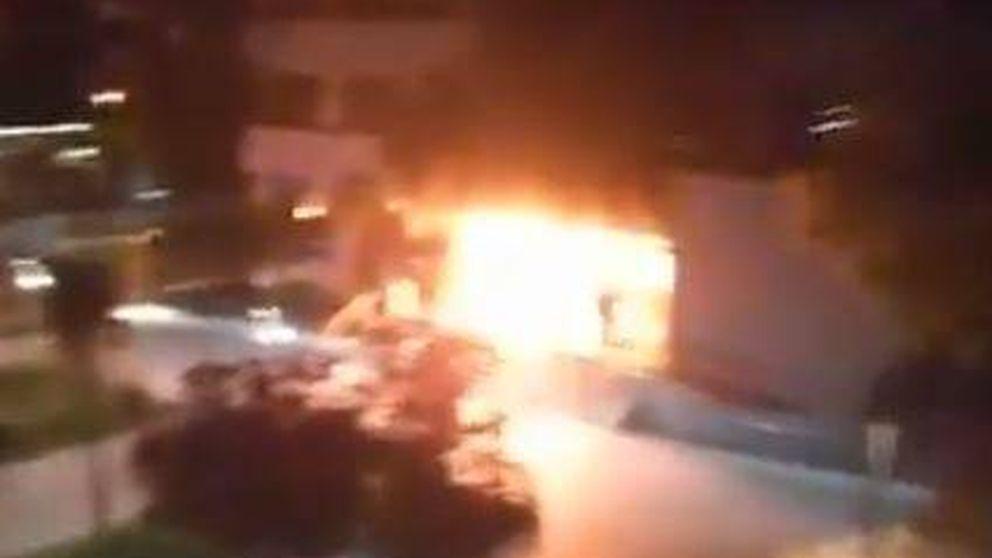 Arde el acceso de la delegación de Hacienda en Lleida durante los disturbios del 'procés'