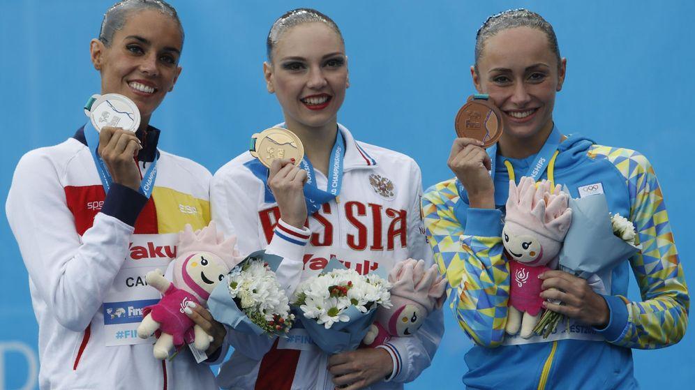 Foto: Ona Carbonell, a la izquierda, con su plata. (Reuters)