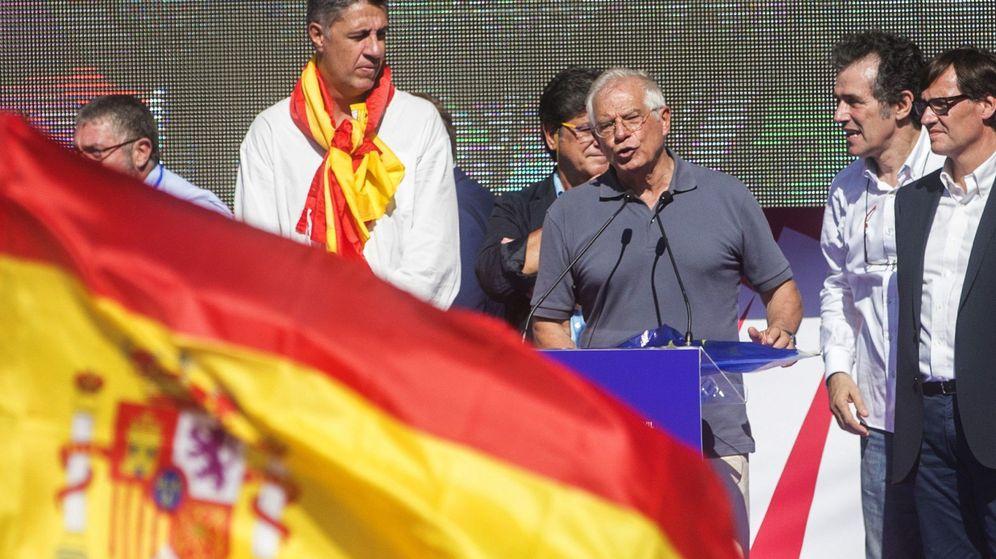 Foto: El exministro socialista Josep Borrell, durante la manifestación por la unidad de España (EFE)